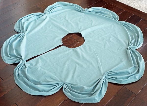 Genial DIY Ruched Tablecloth Tree Skirt
